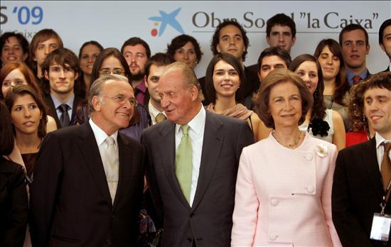 Los Reyes, junto con el presidente de la Caixa y los becarios